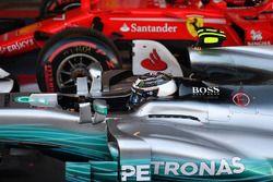Racewinnaar Valtteri Bottas, Mercedes AMG F1 W08 in parc ferme