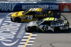 Jimmie Johnson, Hendrick Motorsports Chevrolet Daniel Suárez, Joe Gibbs Racing Toyota