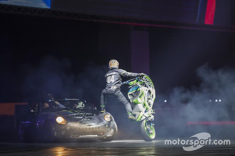 Terry Grant stunt met zijn motor