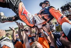 #14 Red Bull KTM Factory Racing: Sam Sunderland feiert mit dem Team