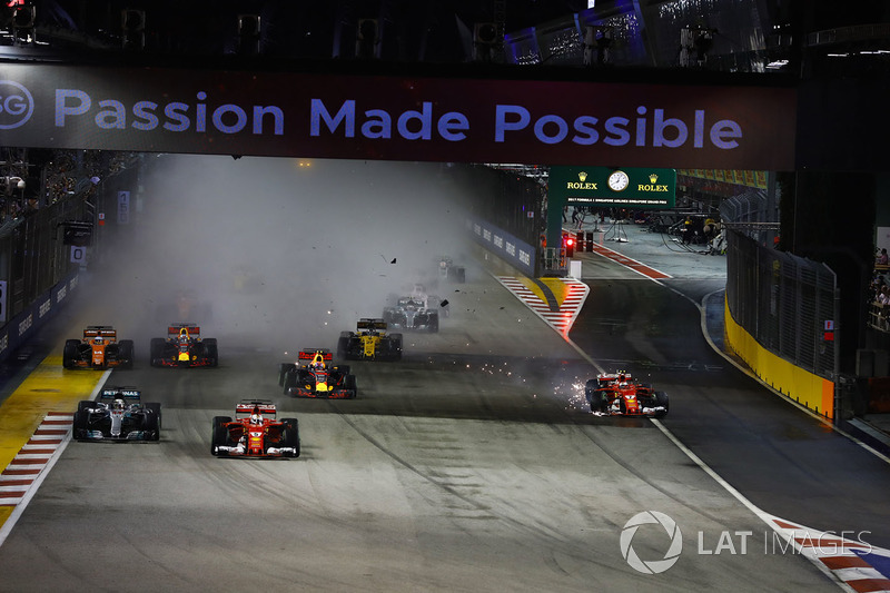 Kimi Raikkonen, Ferrari SF70H después del choque Max Verstappen, Red Bull Racing RB13