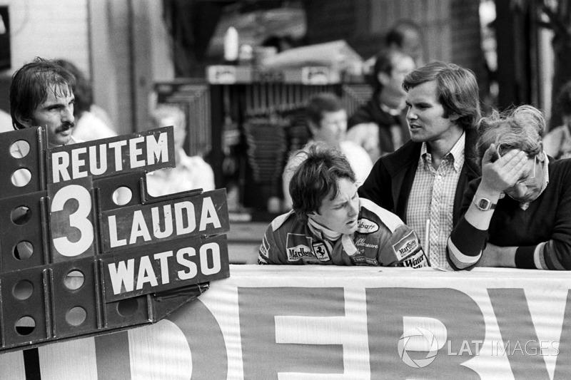 Ferrari sostiene una tabla de pits para el ganador de la carrera Carlos Reutemann, Ferrari, Gilles Villeneuve, Ferrari y periodista Peter Windsor