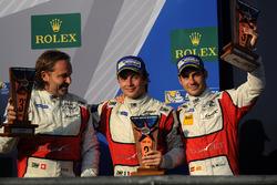 LMGTE Am podio: tercer lugar Thomas Flohr, Francesco Castellacci, Miguel Molina