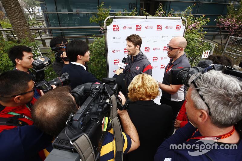 Romain Grosjean, Haas F1 Team, berbicara kepada awak media
