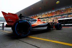 Stoffel Vandoorne, McLaren MCL32, deja el garaje