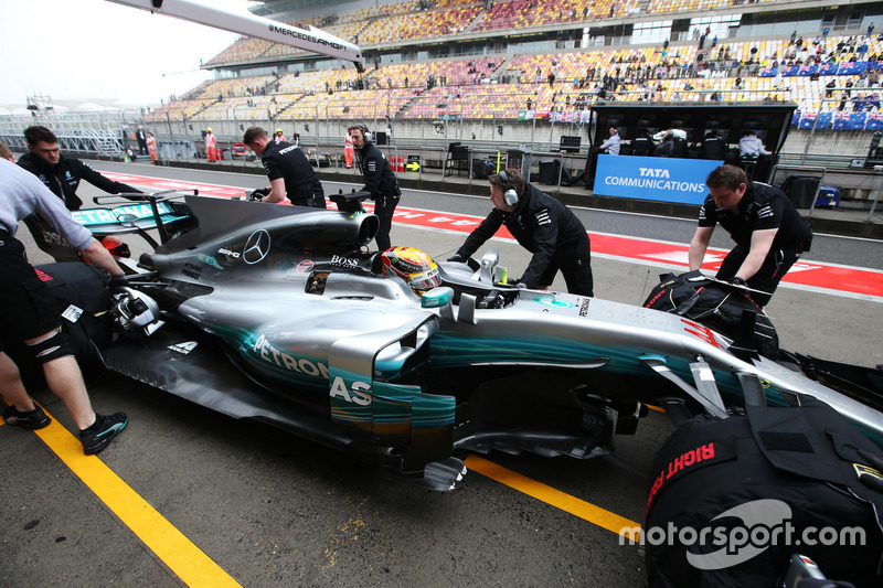 Lewis Hamilton, Mercedes AMG F1 W08, wird in die Box geschoben