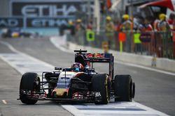 Daniil Kvyat, Scuderia Toro Rosso STR11 rentre aux stands avec une crevaison