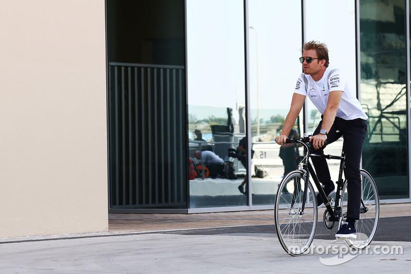 Nico Rosberg, Mercedes AMG F1 en una bicicleta