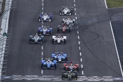 Charlie Kimball, Chip Ganassi Racing Honda, mène au départ et sous le drapeau vert