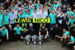 Ganador, Lewis Hamilton, Mercedes AMG F1 y Nico Rosberg, Mercedes AMG F1 celebran con el equipo