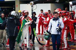 Felipe Massa, Williams est applaudi par l'équipe Ferrari dans les stands après son abandon