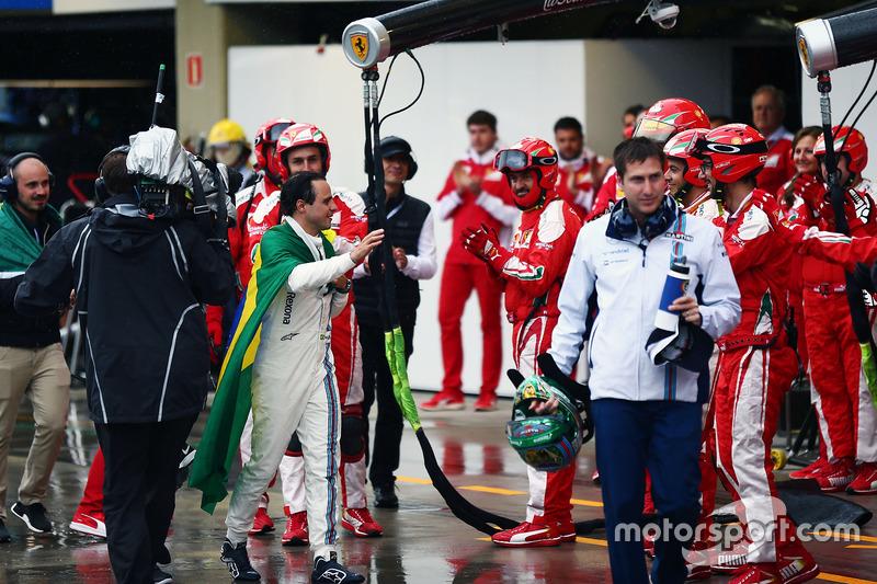 Felipe Massa, aplaudido por Ferrari