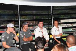 Гонщики McLaren Стоффель Вандорн и Фернандо Алонсо, гоночный директор Эрик Булье и глава Honda Motor