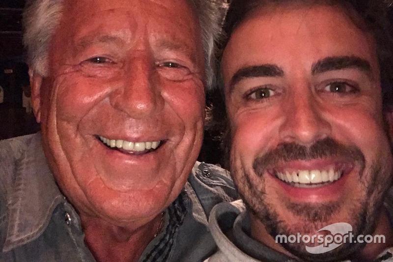 """Ele também """"entrou no clima"""" da Indy e trocou experiências com outros pilotos, como a lenda Mario Andretti, que enalteceu sua postura."""