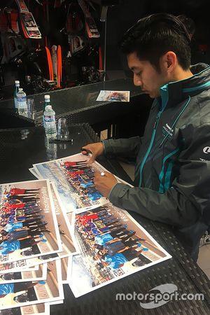 Ho-Pin Tung, Jaguar Racing, gibt Autogramme