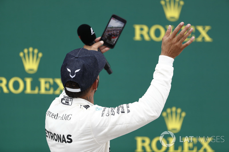 Podio: Ganador de la carrera Lewis Hamilton, Mercedes AMG F1 toma una foto con la multitud en el fondo