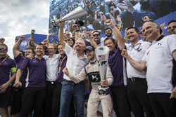 Sir Richard Branson y Sam Bird, DS Virgin Racing, celebran con el equipo