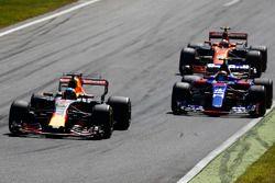 Daniel Ricciardo, Red Bull Racing RB13, Carlos Sainz Jr., Scuderia Toro Rosso STR12, Stoffel Vandoor
