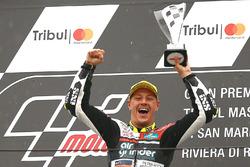Le vainqueur de la course sur le podium : Dominique Aegerter, Kiefer Racing