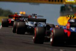 Max Verstappen, Red Bull Racing RB13, Lewis Hamilton, Mercedes AMG F1 W08, Carlos Sainz Jr., Scuderi