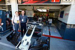Gäste vor der Box vom Haas F1 Team