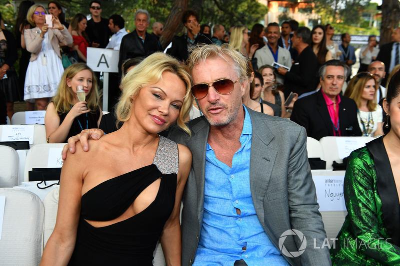 Atriz Pamela Anderson e Eddie Irvine em 2017