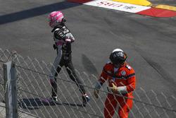 Esteban Ocon, Force India loopt weg van zijn gecrashte wagen