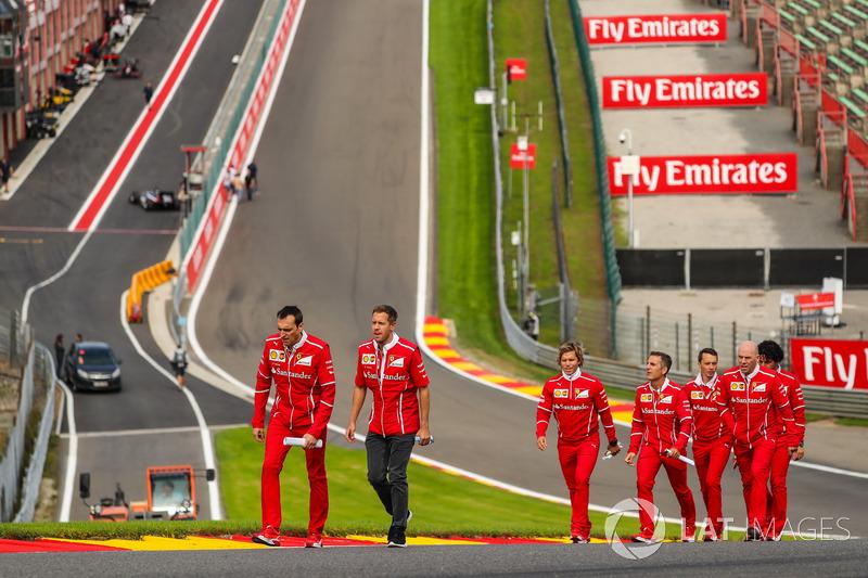 Sebastian Vettel, Ferrari cammina lungo la pista con Riccardo Adami, ingegnere di pista Ferrari, Jock Clear, Chief Engineer Ferrari, il personal trainer Antti Kontsas, e il team