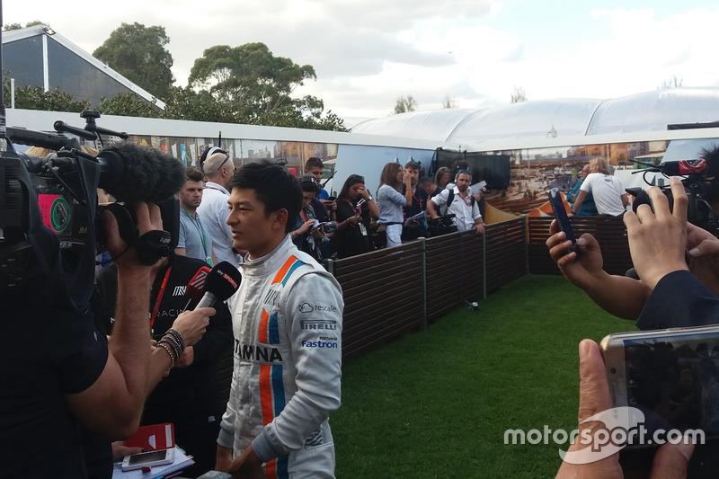 Rio Haryanto diwawancarai sejumlah media setelah mobilnya mengalami masalah teknis