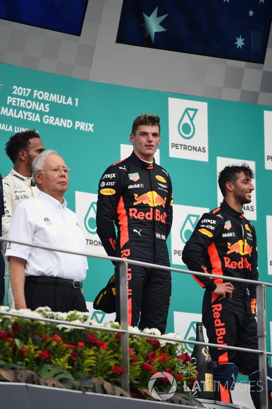 Наджиб Разак, прем'єр-міністр Малайзії і Макс Ферстаппен, Red Bull Racing на подіумі