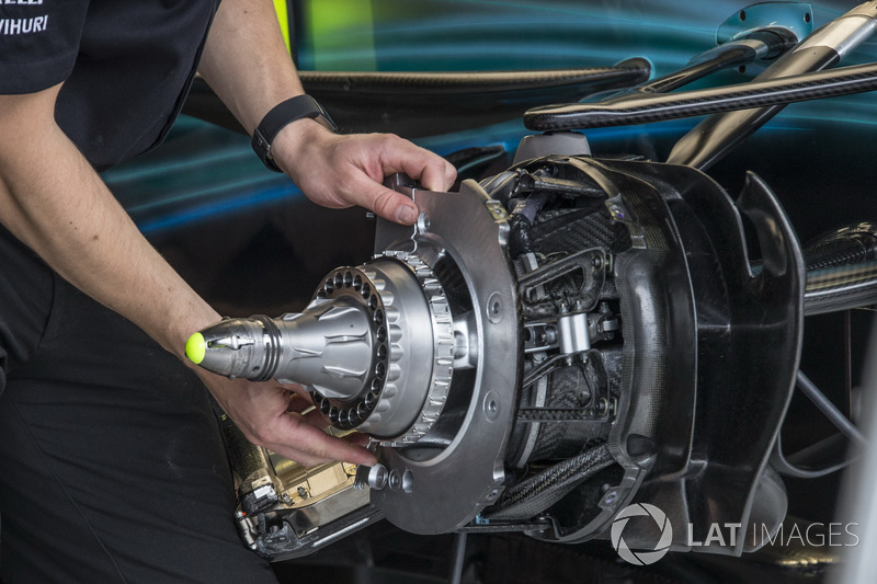 Mercedes-Benz F1 W08, mozzo e freno anteriore in assemblaggio