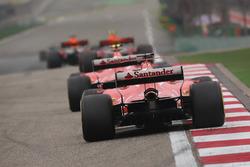 Max Verstappen, Red Bull Racing RB13, voor Kimi Raikkonen, Ferrari SF70H, en Sebastian Vettel, Ferrari SF70H