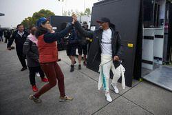 Lewis Hamilton, Mercedes AMG, mit einem Fan