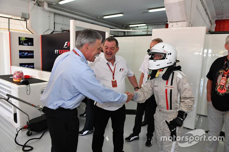 Председатель Formula One Group Чейз Кэри, Пол Стоддарт, пассажир двухместного автомобиля F1 Experiences