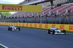 Piloto en el coche de dos asientos de la experiencia de la F1 y Frankie Muniz, Actor y Zsolt Baumgar