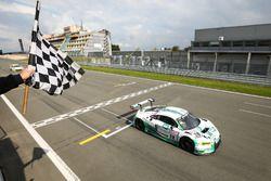 Bandiera a scacchi per Connor De Phillippi, Robin Frijns, Land Motorsport, Audi R8 LMS