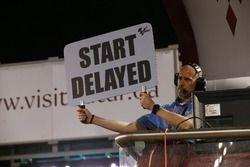 Letrero con el aviso de retraso