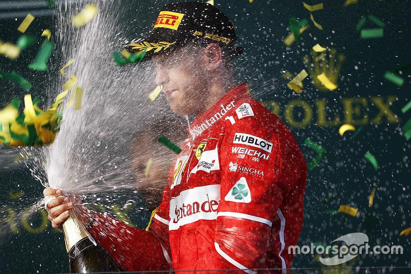 Sebastian Vettel, Ferrari, celebra con la Champaña en el podio después de ganar la carrera