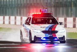 BMW Safety Car op de baan om het asfalt te inspecteren