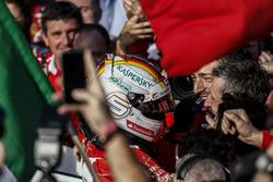 Sebastian Vettel, Ferrari, vainqueur, fête sa victoire avec son équipe dans le Parc Fermé