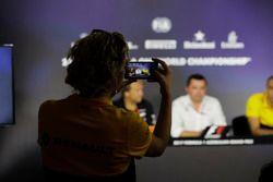 Un représentant de Renault prend une photo de Bob Fernley, directeur adjoint Force India, Eric Boullier, directeur de la compétition McLaren, Cyril Abiteboul, directeur général Renault Sport F1 Team, lors de la conférence de presse