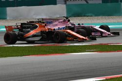 Stoffel Vandoorne, McLaren MCL32 and Sergio Perez, Sahara Force India VJM10 battle