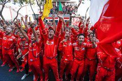 Ferrari mekanikerleri zaferi kutluyor