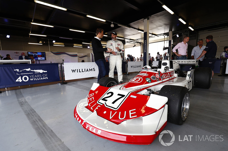 Alex Wurz talks to Mark Higson, driver of a 1977 March 761, campaigned in period by Patrick Neve