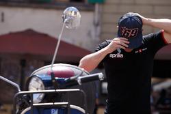 Sam Lowes se pone una gorra de Nicky Hayden