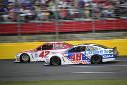 Kyle Larson, Chip Ganassi Racing Chevrolet, Jimmie Johnson, Hendrick Motorsports Chevrolet