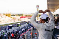 Ganador, Lewis Hamilton, Mercedes AMG F1, hace el Mobot en el podium