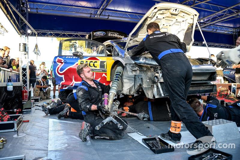 Meccanici al lavoro sull'auto di Sébastien Ogier, Julien Ingrassia, Ford Fiesta WRC, M-Sport