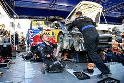 Les mécaniciens travaillent sur la voiture de Sébastien Ogier, Julien Ingrassia, Ford Fiesta WRC, M-Sport