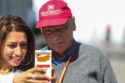 Des fans prennent un selfie avec Niki Lauda, directeur non-exécutif de Mercedes AMG F1